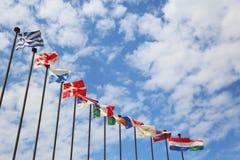 Διεθνείς σημαίες ενάντια στον ουρανό Στοκ Εικόνες