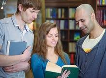 Διεθνείς σπουδαστές σε μια βιβλιοθήκη Στοκ φωτογραφίες με δικαίωμα ελεύθερης χρήσης