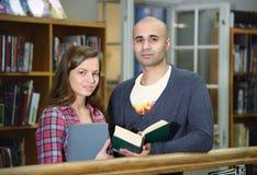 Διεθνείς σπουδαστές σε μια βιβλιοθήκη Στοκ Εικόνα