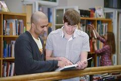 Διεθνείς σπουδαστές σε μια βιβλιοθήκη Στοκ Εικόνες