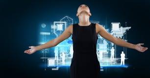 διεπαφή και επιχειρηματίας δικτύωσης με τις αγκάλες ανοικτές μπροστά από το μπλε σύντομο χρονογράφημα υποβάθρου Στοκ Εικόνα