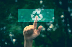 Διεπαφή οικολογίας κουμπιών συμπίεσης χεριών με την ανακύκλωση βελών στοκ φωτογραφίες