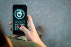 Διεπαφή υγείας smartphone περπατήματος γυναικών Στοκ φωτογραφίες με δικαίωμα ελεύθερης χρήσης
