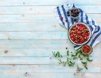 Διεσπαρμένα άγρια λουλούδια, κεράσια και ώριμες φράουλες, topview Στοκ φωτογραφίες με δικαίωμα ελεύθερης χρήσης