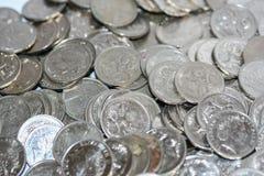 Διεσπαρμένα ασημένια νομίσματα πέντε σεντ Στοκ εικόνα με δικαίωμα ελεύθερης χρήσης
