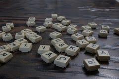 Διεσπαρμένα ξύλινα κεραμίδια επιστολών στοκ εικόνες