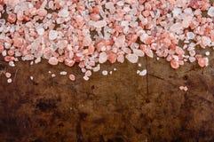 Διεσπαρμένα ρόδινα αλατισμένα κρύσταλλα Himalayan Στοκ φωτογραφία με δικαίωμα ελεύθερης χρήσης