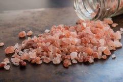 Διεσπαρμένα ρόδινα αλατισμένα κρύσταλλα Himalayan Στοκ Φωτογραφία