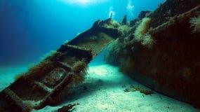 Διεσπαρμένα συντρίμμια παράλληλα με τη φλούδα ενός βυθισμένου περιπολικού σκάφους στοκ φωτογραφίες με δικαίωμα ελεύθερης χρήσης