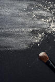 Διεσπαρμένες άσπρες σκόνη προσώπου και βούρτσα σύνθεσης Στοκ Φωτογραφία