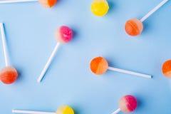 Διεσπαρμένες lollipop καραμέλες στην μπλε τοπ άποψη υποβάθρου στοκ φωτογραφία με δικαίωμα ελεύθερης χρήσης