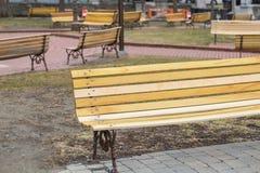 Διεσπαρμένοι κίτρινοι πάγκοι στοκ εικόνες με δικαίωμα ελεύθερης χρήσης