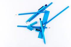 Διεσπαρμένος εξοπλισμός γραψίματος, μπλε που απομονώνεται στο λευκό Στοκ φωτογραφία με δικαίωμα ελεύθερης χρήσης