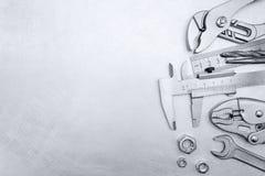 Διευθετήσιμα γαλλικά κλειδιά και μέτρηση των εργαλείων για την εργασία για γρατσουνισμένος με Στοκ Φωτογραφίες