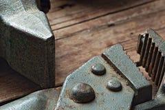 Διευθετήσιμα γαλλικό κλειδί και σφυρί σε ένα τραχύ ξύλινο υπόβαθρο Στοκ εικόνες με δικαίωμα ελεύθερης χρήσης