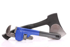 Διευθετήσιμα γαλλικό κλειδί σωλήνων και τσεκούρι σιδήρου Στοκ εικόνες με δικαίωμα ελεύθερης χρήσης