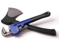 Διευθετήσιμα γαλλικό κλειδί σωλήνων και τσεκούρι σιδήρου Στοκ φωτογραφία με δικαίωμα ελεύθερης χρήσης