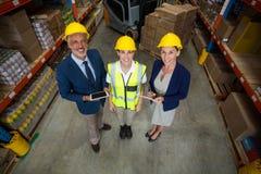 Διευθυντής αποθηκών εμπορευμάτων που στέκεται με τον πελάτη και τις γυναίκες εργαζόμενος Στοκ εικόνες με δικαίωμα ελεύθερης χρήσης