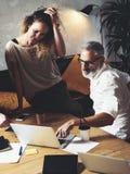 Διευθυντής απολογισμού και ο βοηθός του που κάνουν το μεγάλο 'brainstorming' στο σύγχρονο γραφείο Γενειοφόρος επιτυχής ομιλία επι Στοκ Εικόνα