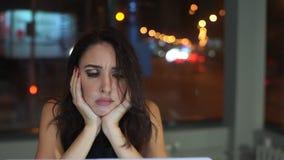 Διευθυντής γυναικών, που κουράζεται της εργασίας στο lap-top, πονοκέφαλος απόθεμα βίντεο