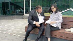 Διευθυντής επιχειρησιακών ανδρών που υποβάλλει τις εργασίες για την υπογραφή στην ακριβή κύρια γυναίκα του απόθεμα βίντεο