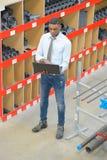 Διευθυντής εργοστασίων σωλήνων με το lap-top στοκ εικόνες