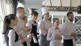 Διευθυντής εστιατορίων και το προσωπικό του στο πεζούλι Αλληλεπίδραση στον επικεφαλής αρχιμάγειρα στο εστιατόριο απόθεμα βίντεο