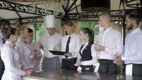 Διευθυντής εστιατορίων και το προσωπικό του στο πεζούλι Αλληλεπίδραση στον επικεφαλής αρχιμάγειρα στο εστιατόριο φιλμ μικρού μήκους