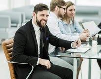 Διευθυντής και επιχειρησιακή ομάδα που εργάζονται με τις οικονομικές εκθέσεις Στοκ φωτογραφία με δικαίωμα ελεύθερης χρήσης