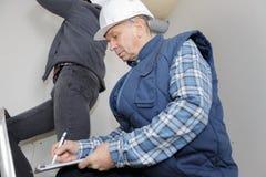 Διευθυντής κατασκευής που γράφει στην περιοχή αποκομμάτων Στοκ Εικόνα