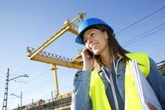 Διευθυντής κατασκευής που μιλά στο τηλέφωνο Στοκ εικόνες με δικαίωμα ελεύθερης χρήσης