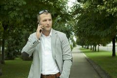 Διευθυντής με ένα έξυπνο τηλέφωνο Στοκ Εικόνες