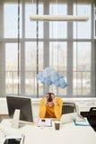 Διευθυντής με την ουδετεροποίηση και το βροχερό σύννεφο στην αρχή στοκ φωτογραφίες