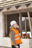 Διευθυντής κατασκευής που μιλά στο τηλέφωνο κυττάρων Στοκ φωτογραφία με δικαίωμα ελεύθερης χρήσης