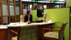 Διευθυντής που απαντά στο τηλέφωνο για την έρευνα πελατών απόθεμα βίντεο