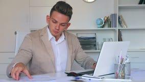 Διευθυντής που εργάζεται αποτελεσματικά στο γραφείο γραφείων απόθεμα βίντεο