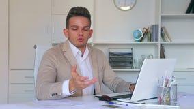 Διευθυντής που εργάζεται αποτελεσματικά στο γραφείο γραφείων φιλμ μικρού μήκους