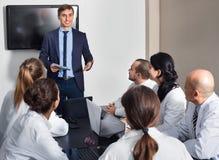 Διευθυντής που κάνει την ομιλία κατά τη διάρκεια της επιχειρησιακής συνεδρίασης Στοκ εικόνες με δικαίωμα ελεύθερης χρήσης
