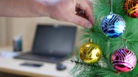 Διευθυντής που κρεμά τη χρυσή σφαίρα Χριστουγέννων στο χριστουγεννιάτικο δέντρο απόθεμα βίντεο