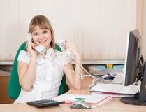 Διευθυντής που μιλά τηλεφωνικώς δύο Στοκ Εικόνες