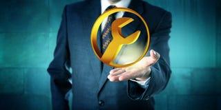 Διευθυντής που προσφέρει ένα χρυσό κυκλικό εικονίδιο υπηρεσιών Στοκ φωτογραφίες με δικαίωμα ελεύθερης χρήσης