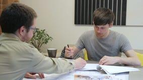 Διευθυντής που συζητά τη σύμβαση για να υπογράψει με τον πελάτη μέσα στο γραφείο φιλμ μικρού μήκους