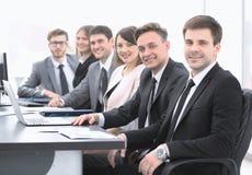 Διευθυντής προγράμματος και επαγγελματική συνεδρίαση επιχειρησιακών ομάδων στο γραφείο Στοκ φωτογραφία με δικαίωμα ελεύθερης χρήσης