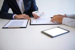Διευθυντής πωλήσεων που δίνει το έγγραφο αίτησης υποψηφιότητας συμβουλών, consideri Στοκ φωτογραφίες με δικαίωμα ελεύθερης χρήσης