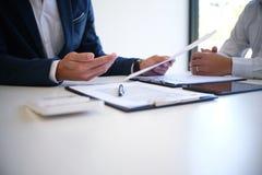 Διευθυντής πωλήσεων που δίνει το έγγραφο αίτησης υποψηφιότητας συμβουλών, consideri στοκ εικόνα