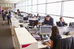 Διευθυντής στη συζήτηση με το συνάδελφο σε ένα ανοικτό γραφείο σχεδίων Στοκ Εικόνες