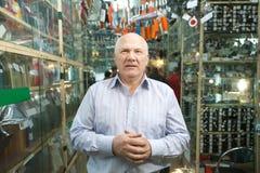 Διευθυντής στο κατάστημα μερών αυτοκινήτου στοκ φωτογραφίες με δικαίωμα ελεύθερης χρήσης