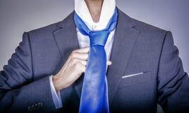 Διευθυντής στο κοστούμι που παίρνει ντυμένο Στοκ φωτογραφία με δικαίωμα ελεύθερης χρήσης