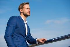 Διευθυντής στο μπλε ουρανό Γενειοφόρο άτομο στο επιχειρησιακό κοστούμι υπαίθριο Επιχειρηματίας την ηλιόλουστη ημέρα Επιχειρησιακο Στοκ Φωτογραφία