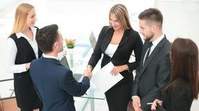 Διευθυντής χειραψιών και ο πελάτης μετά από να υπογράψει τη σύμβαση Στοκ φωτογραφία με δικαίωμα ελεύθερης χρήσης